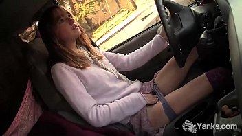 Видео девушка мастурбирует кончает в машине