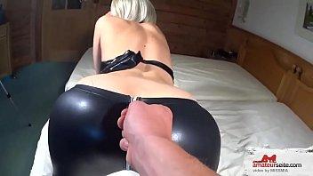 Sexy blondinka v latex oblačilih je pofukana v rit