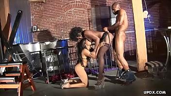 Un tizio nero che scopa i suoi schiavi del sesso nella gabbia del cazzo