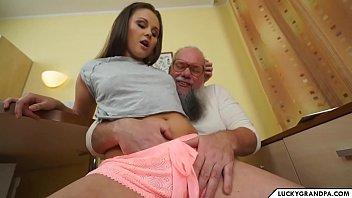 la ragazza carina soffia il vecchio
