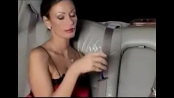 Блондинка мастурбирует и кончает на лимузин
