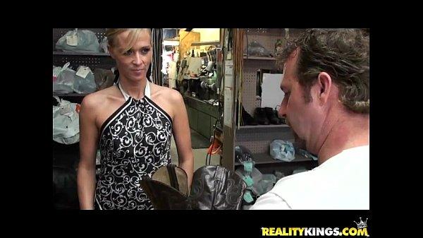 Зрелая брюнетка расплачивается трахом с продавцом за покупки в магазине