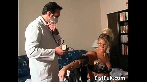 Два врача трахают усыпленную пациентку