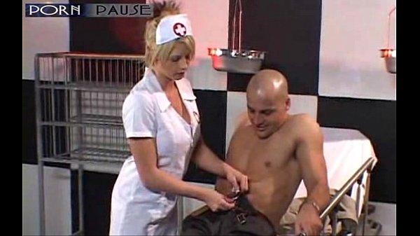 Смотреть медсестра помогает больному