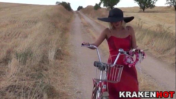Merge Atata Drum Cu Bicicleta Pentru O Partida De Sex