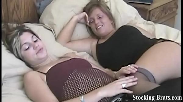 Видео девушка одевает разные колготки