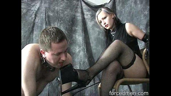 Посмотреть как раб госпоже целует ножки видео
