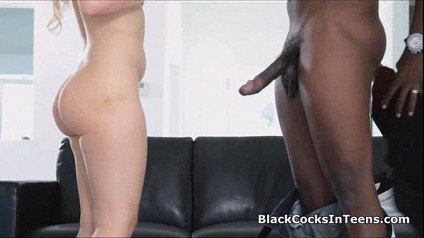 На белом диване порно