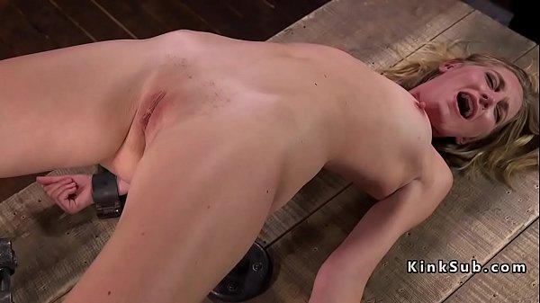 Видео где связанную блондинку пытают вибратором