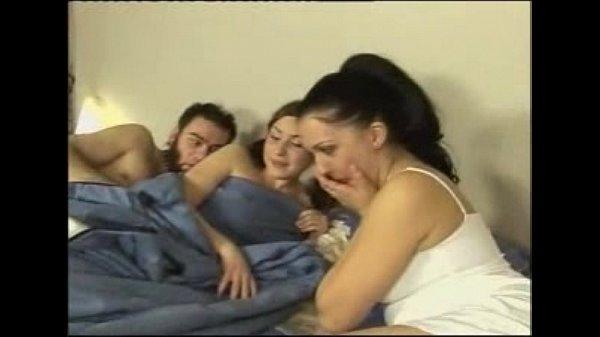 Русскую девушку трахают трое порно