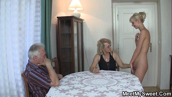 Групповой секс с мамой и папой видео