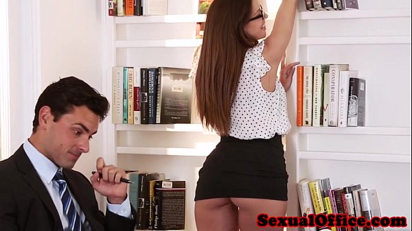 O Angajeaza Pe Secretara Pentru Ca E Pornista Si Vrea Sa Vada Daca Se Fute Si Bine