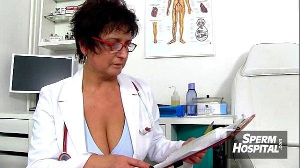 Одевает ажурные чулки порно
