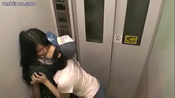 две лесбиянки встретились в лифте - 2