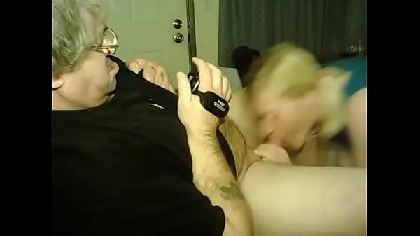 Пьяный отец даёт дочке в рот