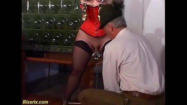 Темным вечером блондинка зарабатывает деньги вагинальным сексом