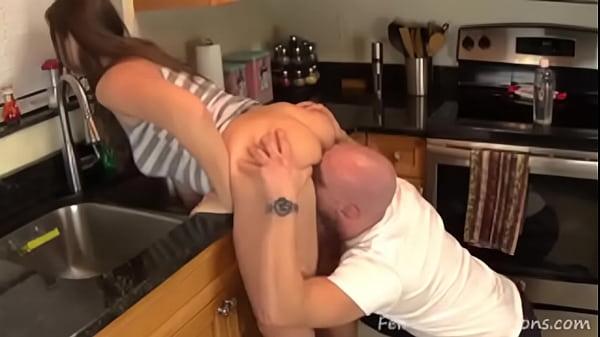Se folla a su mamá en el lavadero se la mete por el culo