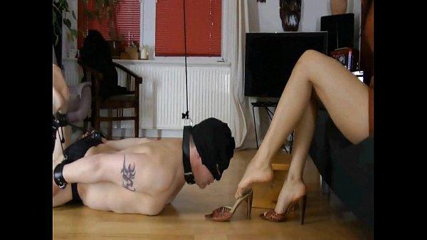 Высокая культуристка и её рабыня фемдом