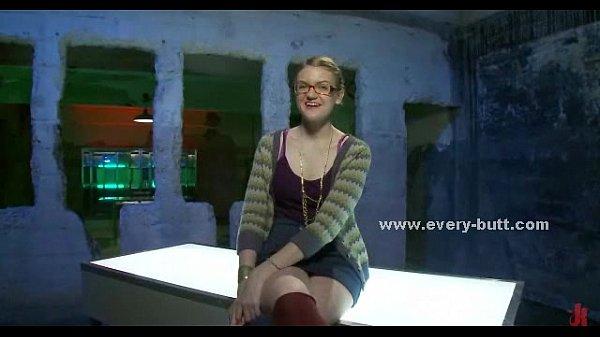 Леа лексис исполняет соло с розовым дилдо в заднице