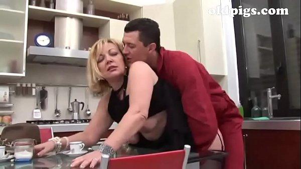 Попка соблазнила на кухне на секс