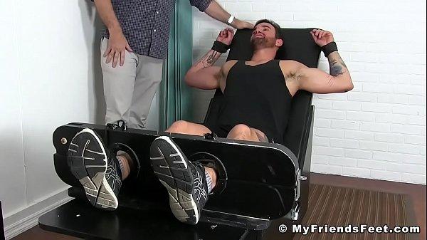 Бодибилдеры геи привязанные к стулу