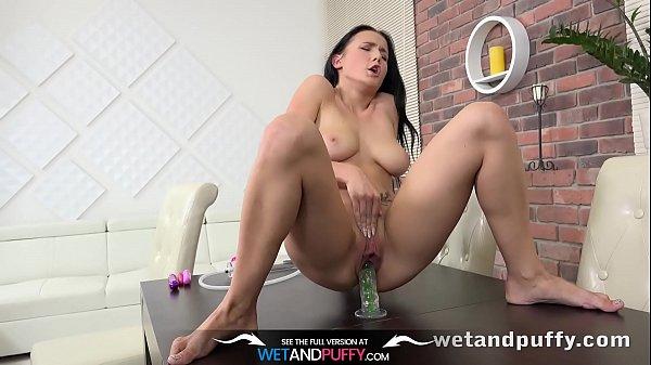 Грудастая жена бизнесмена для мастурбации сочной дырки использует секс игрушку