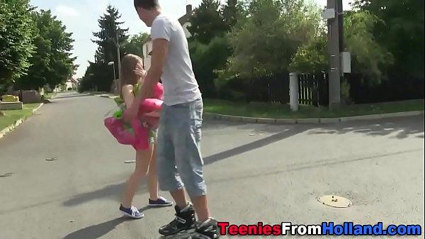 Молодая делает минет парню на камеру