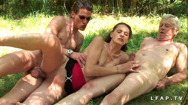 Amatrice brunette francaise baisee dans un plan a trois en pleine campagne