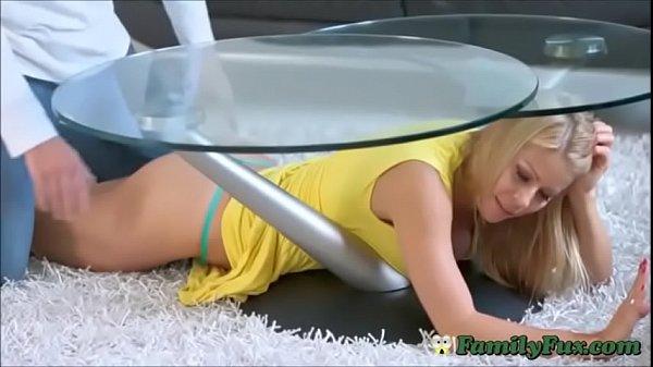 Застряла под столом