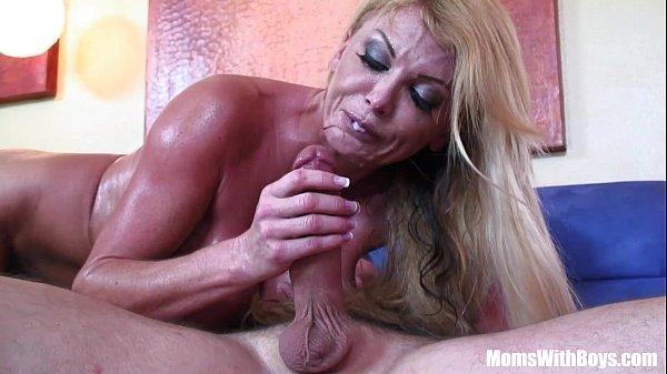 Сексуальная блондинка с спортзале