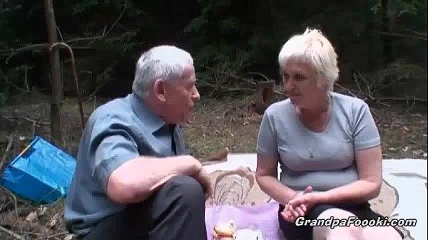 Подсмотренный писсинг зрелых женщин на природе