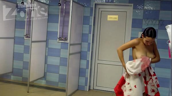 Linda mujeres desnudas en las duchas