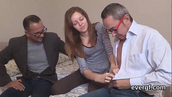 Трахнул сестренку пока спит порно онлайн