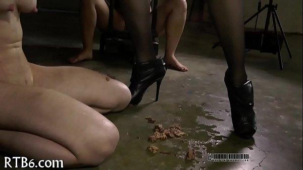 Две девушки трахают страпонами девушку