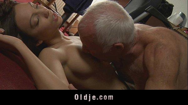 Жопастая блондинка подрабатывает горничной