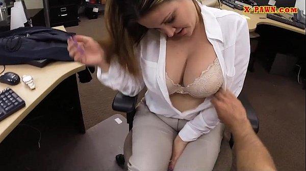 Голый мойщик окон трахает бизнес вумен и ее коллегу