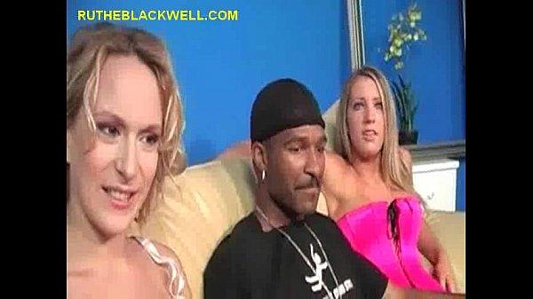 Секси блондинка сосет парню и его другу