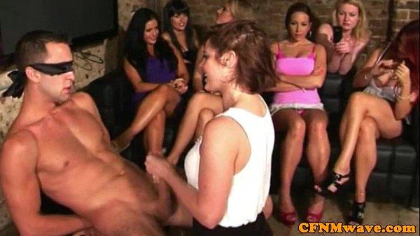 Видео девченки отрываются пополной с парнями