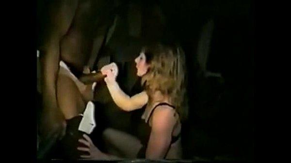 Зрелая телка учит молодую телку основам минета, перед сексом втроем