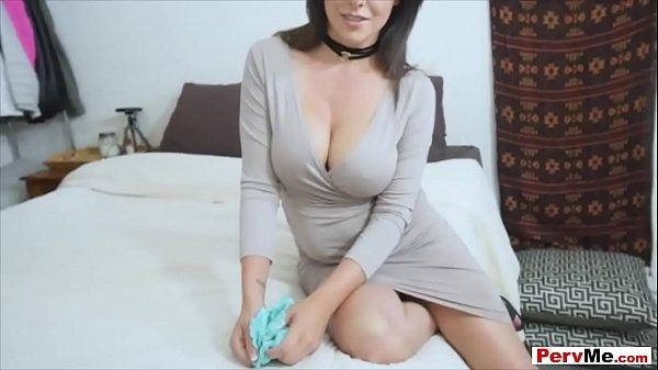Нюхает пизду порно