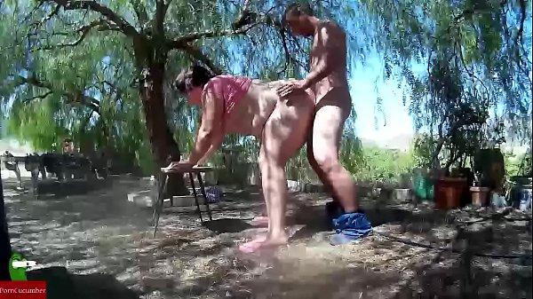 Загорелая девушка ебет себя резиновым хуем