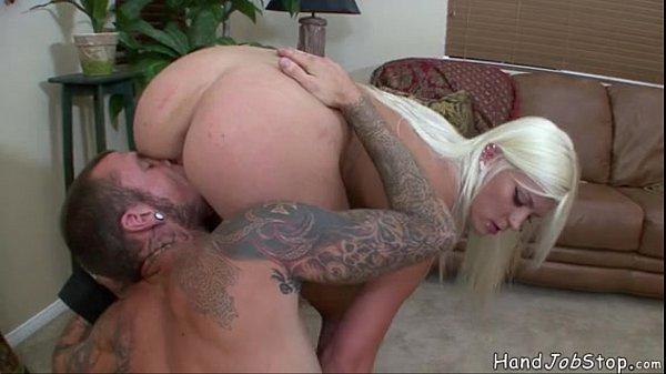 Порно видео миньет через стенку