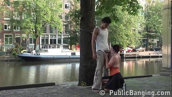 Видео трахать девушку на улице