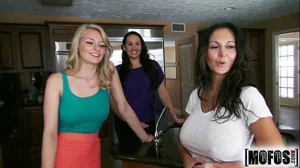 RedTube Festa porno com as amigas dando a buceta para o moço da rola grande