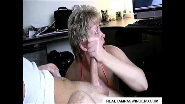 Зрелая мастурбирует себе