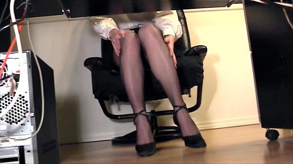 Худая длинноногая девушка мастурбирует в сауне
