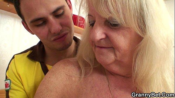 Видео как госпоже раб лижет сапоги