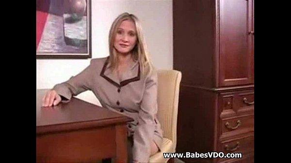 Секретарша в черных чулках на столе