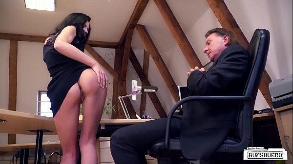 Директор ебет свою секретаршу порно видео