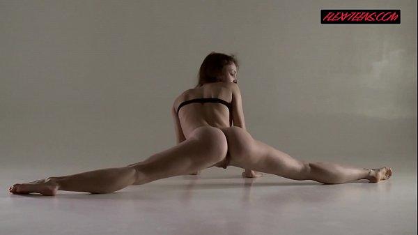 Эротические девушки занимаются гимнастикой